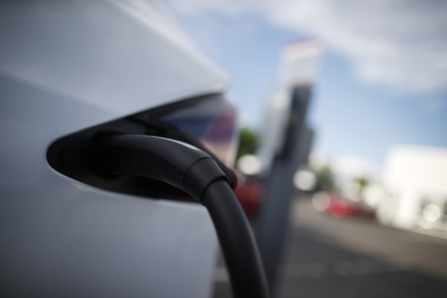 過高或過低的氣溫都會使電動車航程明顯縮減。(美聯社)