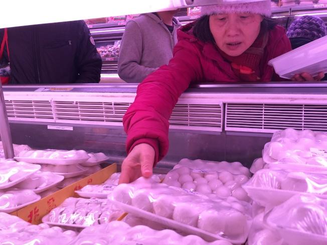 元宵節至,不少華人因應節日買湯圓回家煮。(記者顏嘉瑩/攝影)