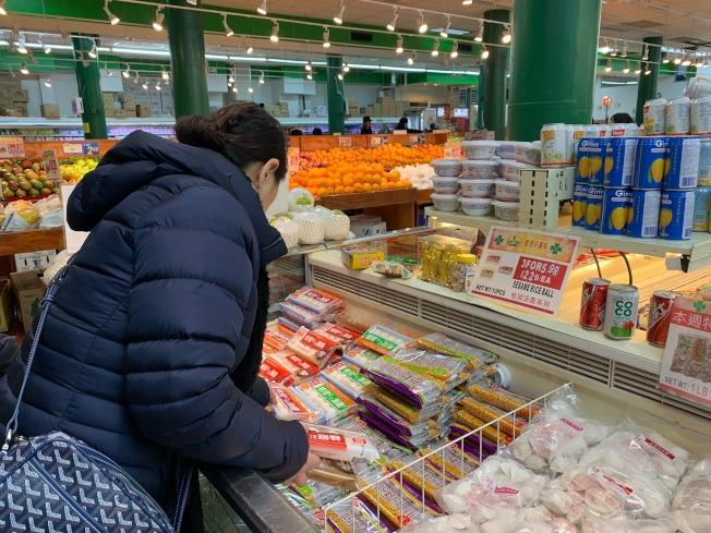 不少民眾表示喜愛紅豆、芝麻、花生等傳統口味湯圓。(記者賴蕙榆╱攝影)