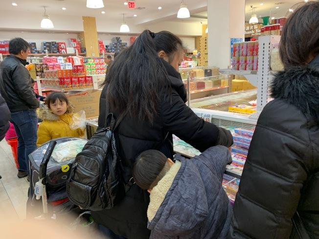 為迎接元宵節,超市推出限時優惠,吸引不少選購湯圓的人潮。(記者賴蕙榆/攝影)