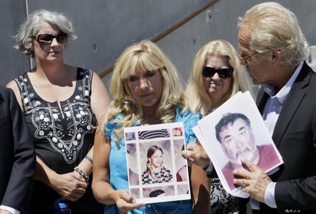 天主教加州屋崙大主教區18日公布這些年來曾「可信的被控」在當地性侵害兒童的45名教士、司鐸和宗教兄弟。圖為一名性侵受害者手持自己11歲的照片,她的律師則拿著涉嫌性侵的神父照片。(美聯社)
