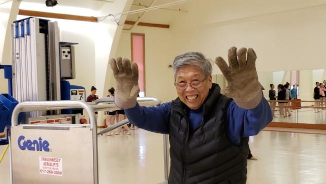 83歲的紐英崙中華藝術協會會長林愛迪仍然包辦藝協中心大小事。(記者唐嘉麗/攝影)