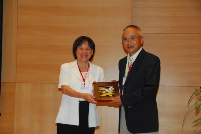 吳文立2008年在台南亞太經濟合作組織的納米科技論壇獲獎。(吳文立提供)