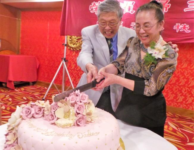 2018年6月,藝協大家庭為80歲的陳玉律慶祝,壽公壽婆合切蛋糕。(記者唐嘉麗/攝影)