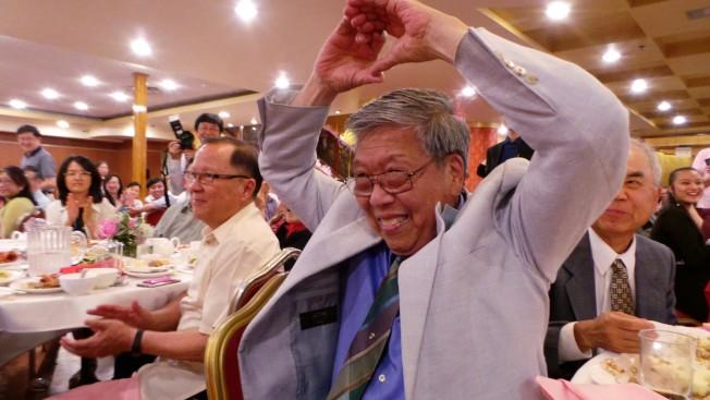 人老心不老,林愛迪在妻子陳玉律80壽宴中,擺愛心手勢。(記者唐嘉麗/攝影)