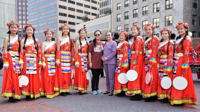 陳玉律 (右六)帶學生出表演。(藝協提供)