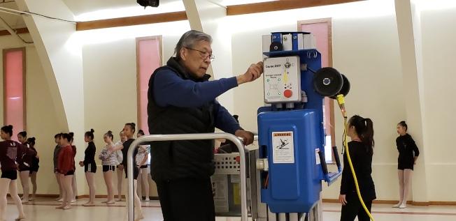 林愛迪操作升降梯,至24呎高天花板換燈炮。(記者唐嘉麗/攝影)