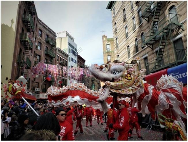 舞龍隊伍在紐約華埠勿街(Mott St.)中穿梭。(記者張宗智/攝影)
