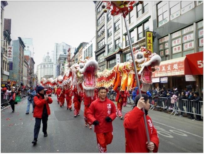 遊行接近尾聲,兩條巨龍在東百老匯大道上昂首前行。(記者張宗智/攝影)