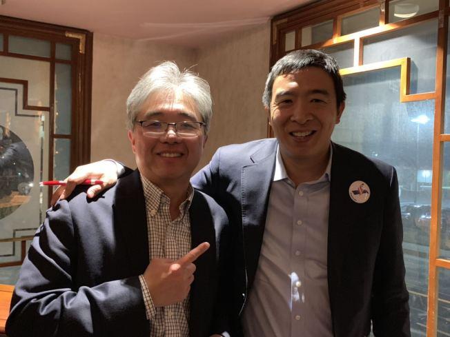 鄭叔霆(左)表示,身為一名共和黨人,對民主黨的部分政見持保留態度,但身為一名華裔,非常支持楊安澤(右)競選總統,代表華裔發聲。(記者張筠/攝影)