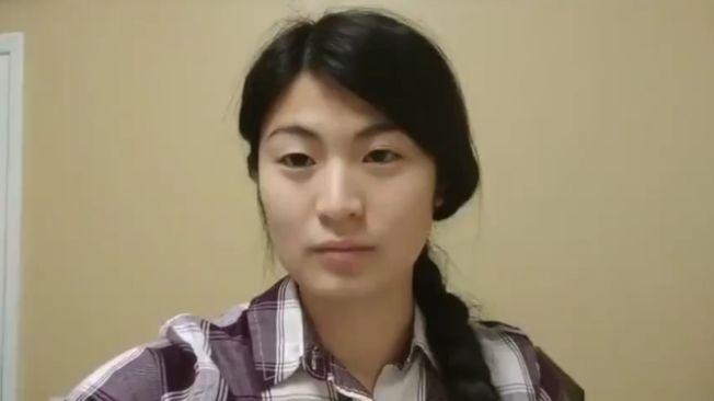 24年前被中國父母拋棄的美籍女孩喬伊瓊斯。(視頻截圖)
