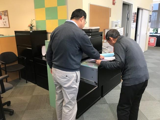 75歲的John (右)一到美國就努力學習,並透過年長者就業計畫找到電腦文書處理工作。(特派員黃惠玲/攝影)