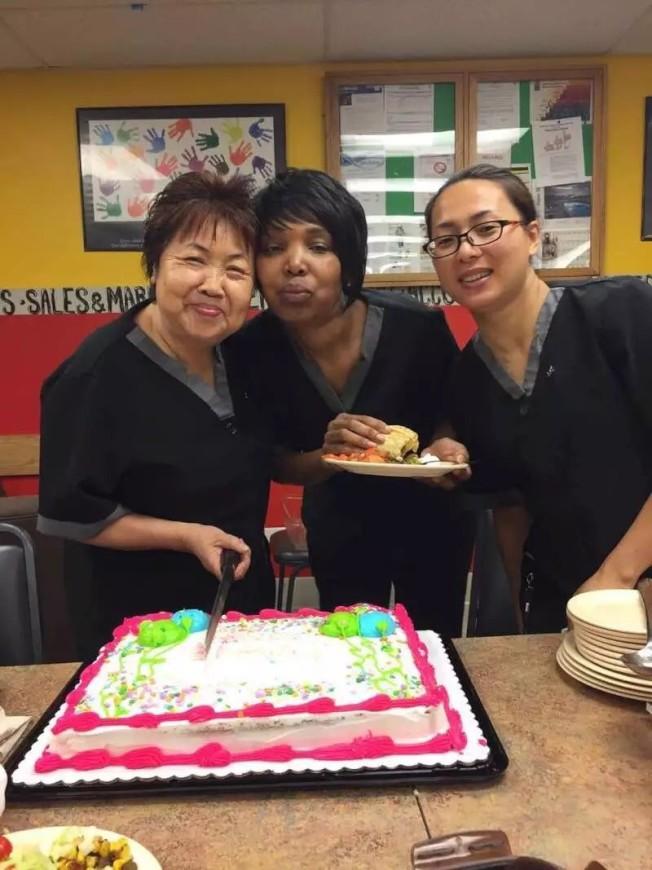 芝加哥市區萬豪酒店年紀最大的房務員莉莎(左)樂在工作。(莉莎提供)