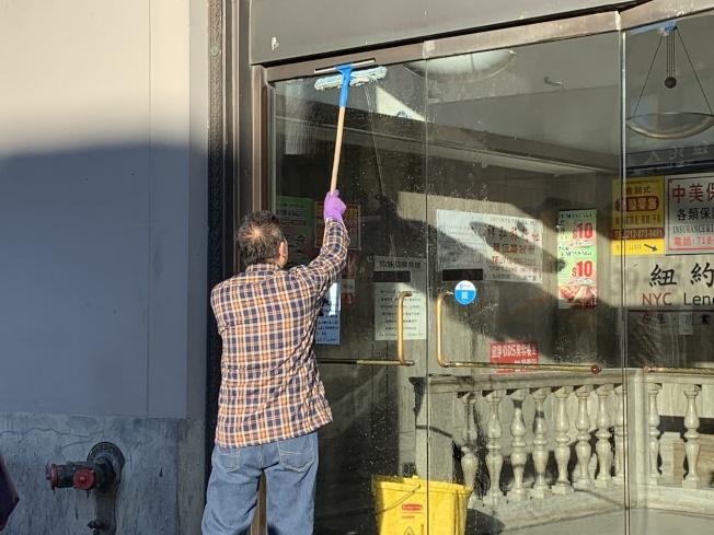 紐約華人社區常見老人工作的身影。(記者賴蕙榆/攝影)