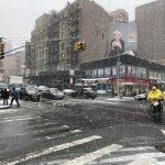 〈圖輯〉紐約市降雪 雨衣、雨傘、雪鏟全出動