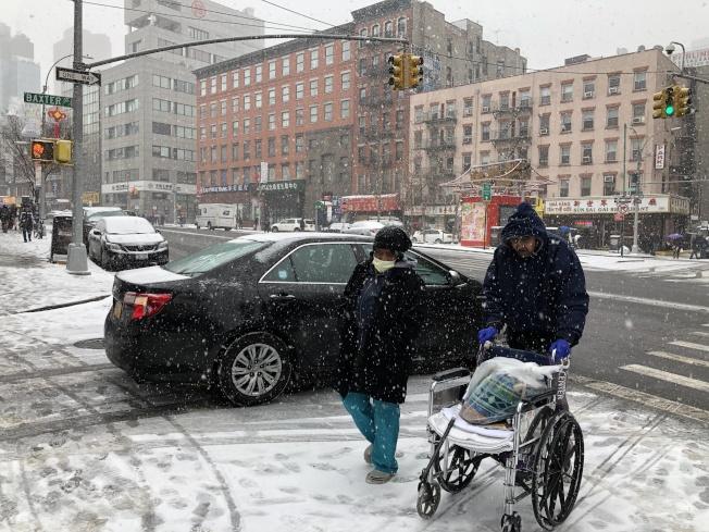 行人在雪中緩慢行走。(記者顏嘉瑩/攝影)