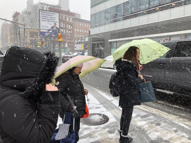 行人撐著傘在路上行走。(記者顏嘉瑩/攝影)