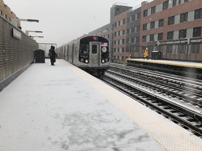 皇后區阿斯托利亞一名乘客在雪中等待地鐵。(記者顏嘉瑩/攝影)