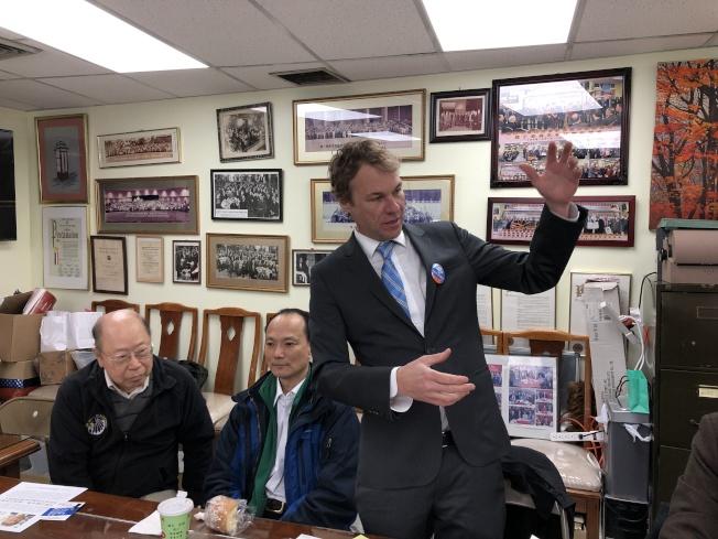 艾森巴赫(右)認為此次市公益維護人選舉,為華社能選出為社區發聲者的大好機會。(記者顏嘉瑩/攝影)