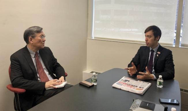 余炳文(右)拜訪世界日報,談華人關心的多項提議。(記者朱蕾/攝影)