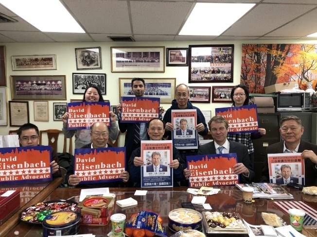 艾森巴赫(前排右二)20日拜訪中華總商會,表示自己與華人社區在同一陣線。(記者顏嘉瑩/攝影)