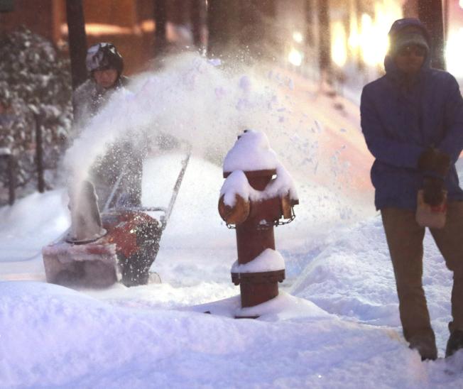 冬季風暴在明州雙子城都會區降下10吋積雪,創下雙城有史以來的2月降雪最高紀錄。(美聯社)
