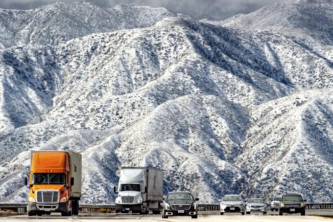 加州費倫的138號高速公路附近,山上一片白茫茫。(美聯社)