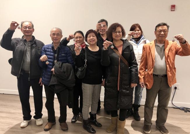 首批入駐的華裔民眾非常開心。(記者朱蕾╱攝影)