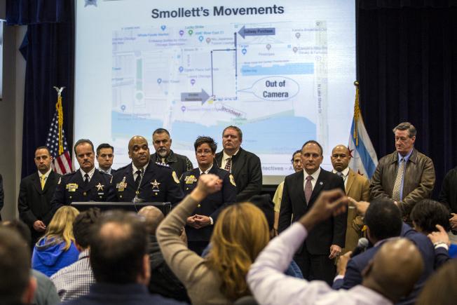 「嘻哈帝國」影集男星史莫里特為自抬身價,涉嫌自導自演,把自己設計成仇恨犯罪的被害人,後來被警方拆穿,圖為芝加哥警察局用圖表說明史莫里特的把戲。(美聯社)