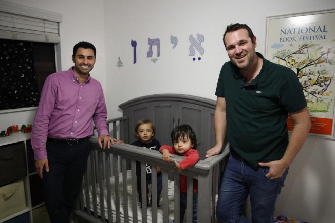 聯邦法院針對男同志已婚伴侶安德魯(右)和伊拉德(左)透過代理孕母生出的雙胞胎國籍歸屬問題,做出了與國務院政策截然不同的裁決。(美聯社)
