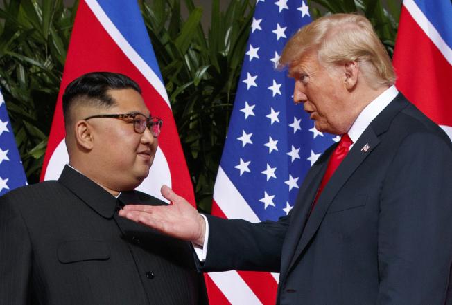 美國總統川普(右)22日表示,他再度會晤北韓領導人金正恩(左)時,不會談論撤離駐南韓美軍。圖為去年6月新加坡舉行的川金會畫面。美聯社