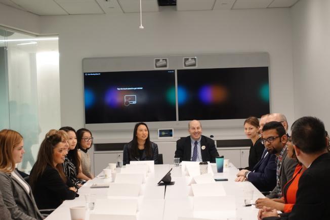 牛毓琳、佩斯大學校長Marvin Krislov與佩斯大學國際留學生們對話。(記者金春香/攝影)