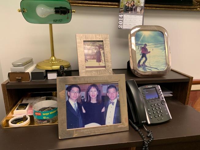 陳燦世辦公桌上擺著家人合照,這是他最大的精神支柱。(記者賴蕙榆/攝影)