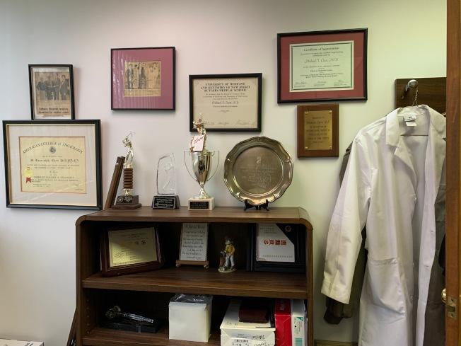 陳燦世診所辦公室掛滿獎狀及證書,更珍藏著病患的感謝卡。(記者賴蕙榆/攝影)