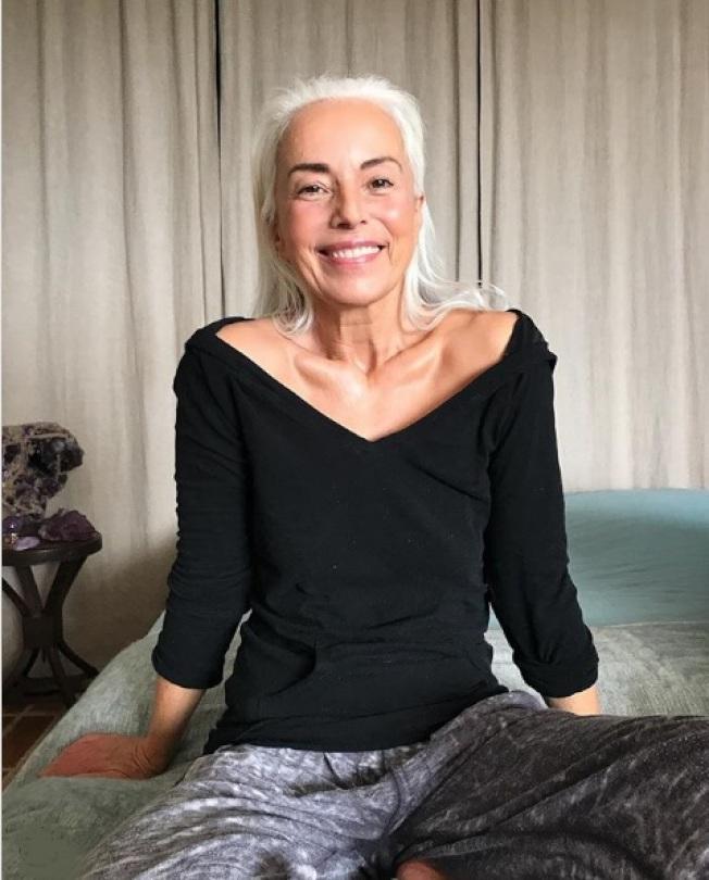 63歲的雅斯米娜‧羅西,透露她的保養祕訣是橄欖油。(取自Instagram)