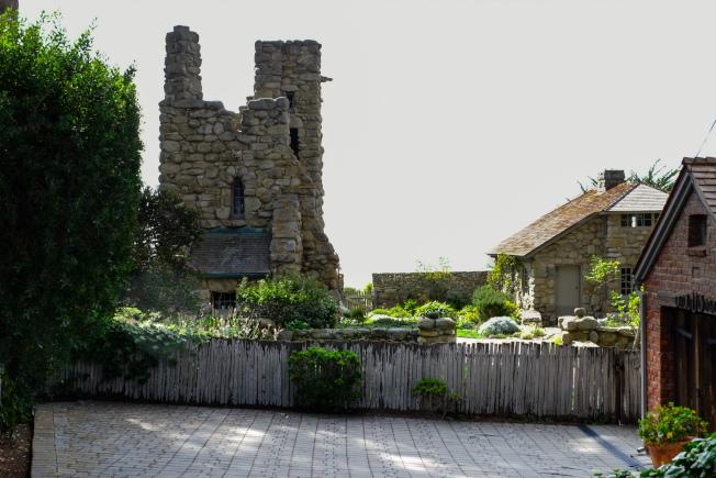 詩人傑弗斯建造的「岩石屋」和「鷹塔」。