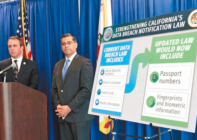 北灣馬連縣州眾議員李文(左)及州檢察長貝西拉宣布提案,擴大資料外洩保護法案的範疇至護照及指紋資料。(記者李秀蘭╱攝影)