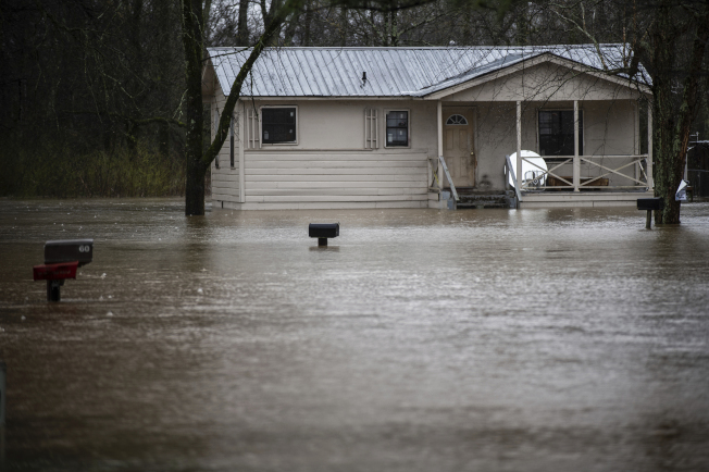 阿拉巴馬州Decatur地段嚴重泛洪,民宅被泡在逾呎水中。(美聯社)