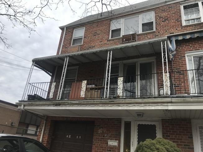 一名亞裔女子因吸食大麻及飲酒,23日下午1時挂坐在其三樓住所外沒有任何防護措施的窗戶外,被警方救下。(記者牟蘭╱攝影)
