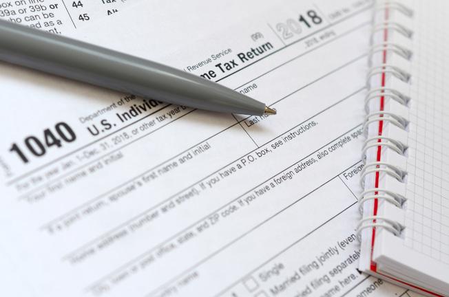 國稅局宣布今年退稅金額退稅額連降3周,平均僅2703元,圖為1040稅表。(美聯社)