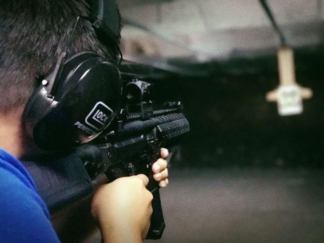 熱衷於吃雞遊戲的年輕人在來美旅遊時,也會去靶場嘗試一下真實的射擊。(宋涵鑫提供)