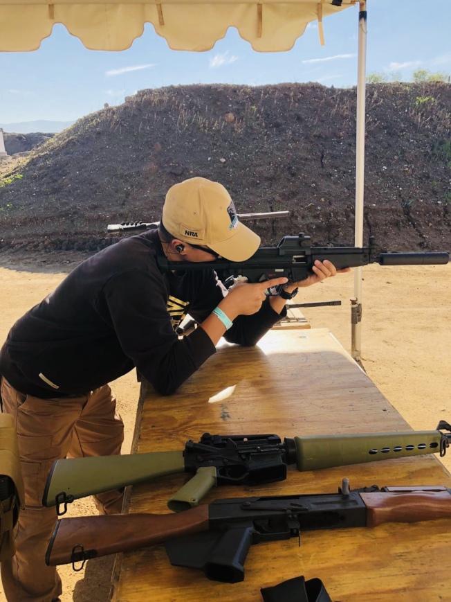 熱衷於吃雞遊戲的年輕人在來美旅遊時也會去靶場嘗試一下真實的射擊。(宋涵鑫提供)