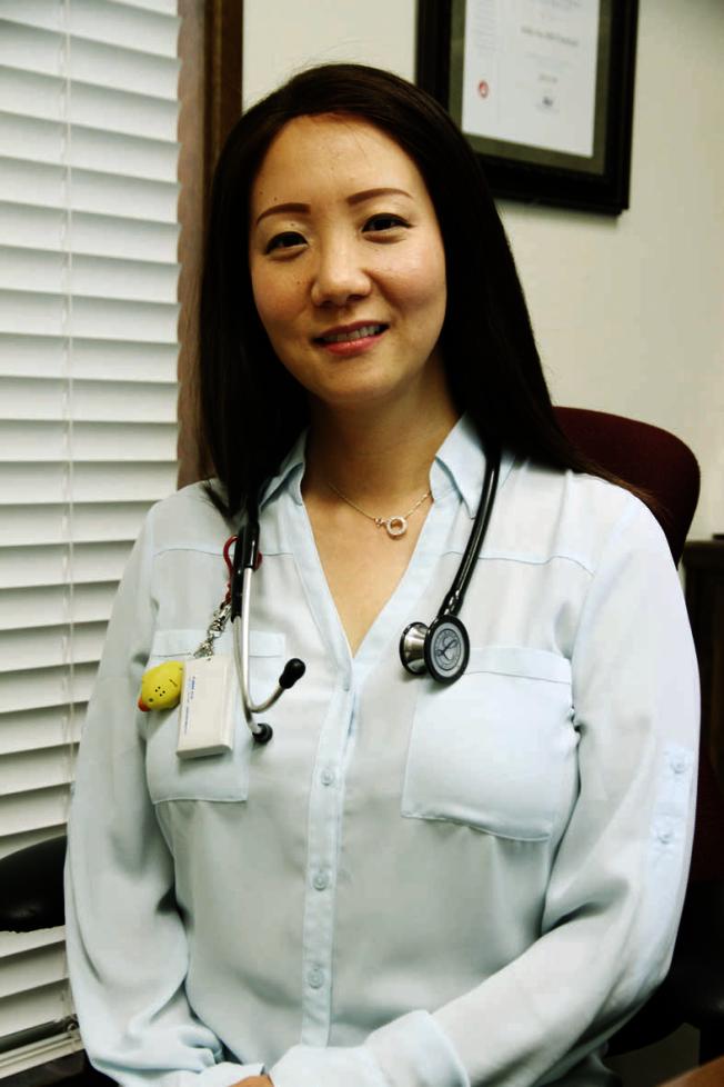 皮膚科醫師張雲指出,濕疹的盛行率非常高,治療前要先找出過敏原。(記者李榮/攝影)