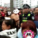 貴州偷情男女被赤裸綁樹上公審 連警察也來了