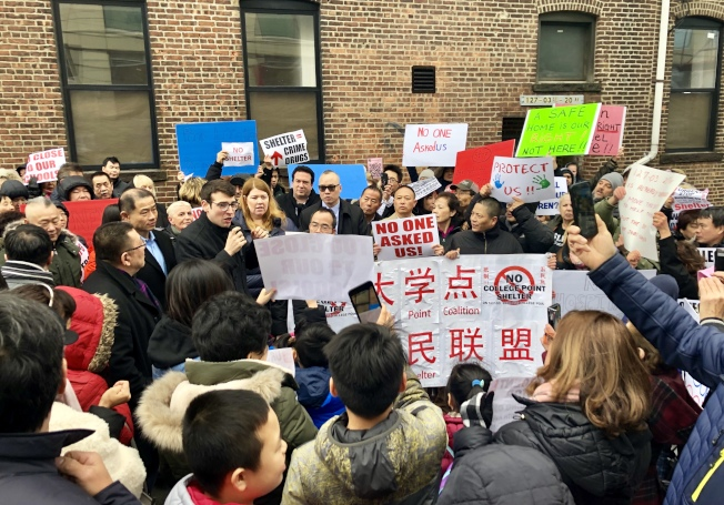 數百民眾聚集在大學點,反對政府在未經社區同意下建遊民收容所。(記者朱蕾/攝影)