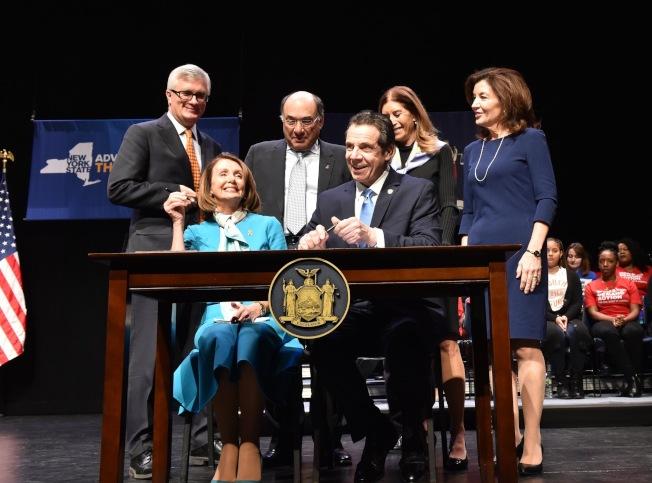 葛謨(前排右)與波洛西(前排左)簽署「紅旗法案」。(州長辦公室提供)