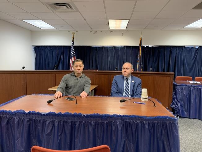 劉醇逸(左)與崔馬克(右)25日召開記者會,表示今年內州參議會不會通過廢除SHSAT的提案,呼籲亞裔社區將目光投向其他移民教育議題,爭取更多權益。(記者和釗宇╱攝影)