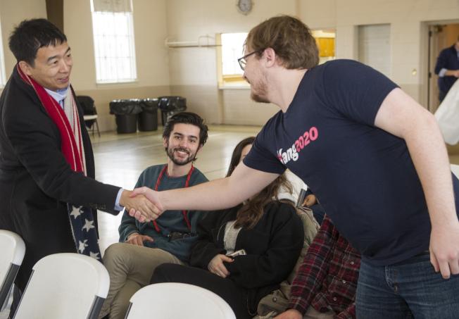 參加2020民主黨總統初選的楊安澤24日在克利夫蘭與支持者會面。(美聯社)