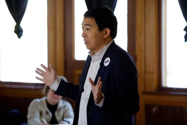 參加2020民主黨總統初選的楊安澤日前在「初選第一州」愛阿華州傑佛森市一處火車站內,闡述自己的政見。(Getty Images)