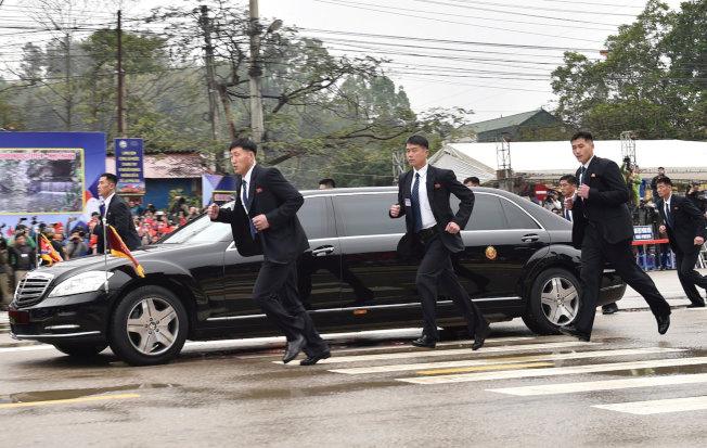 去年爆紅的北韓領導人金正恩貼身護衛,今日在越南同登站外現身。路透